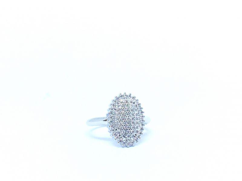 Anel oval, prata cravejado por micro zirconias.