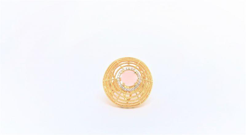 Anel semijoia redondo vazado com banho de ouro 18k com quartzo rosa.