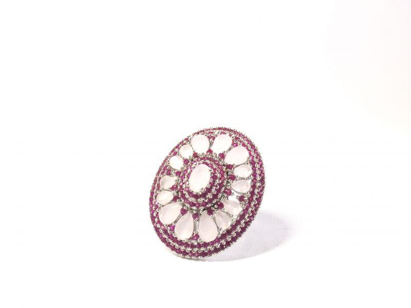 Anel, com banho ródio e microzircônias rubis e zircônias quartzo