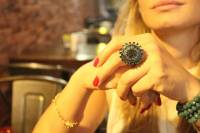 anel-rodio-negro-pedras-verdes-flor
